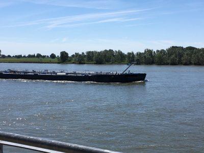 Rheinschifffahrt am Niederrhein bei Kleve - Foto von Ute Sickelmann