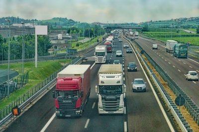 mehrspurige Autobahn