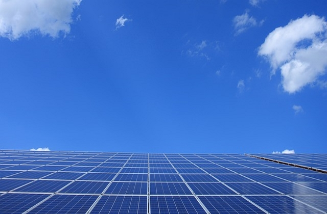 Sonnenkollektoren vor Himmel